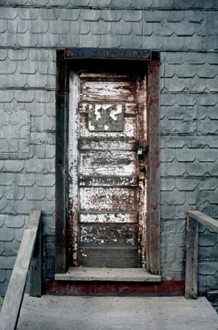 Side door entrance to Bardo elevator